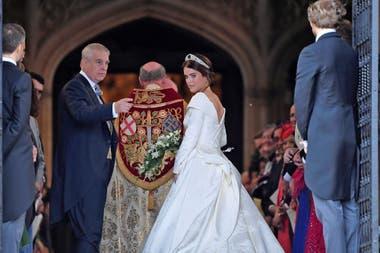 La princesa Eugenia de Gran Bretaña llega acompañada por su padre el Príncipe Andrew, Duque de York, a la Capilla de St Georges