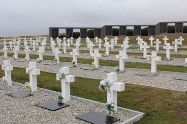 """En el cementerio de Darwin, adonde yacen los restos de soldados argentinos, aún hay tumbas con la inscripción desoladora """"Soldado argentino solo conocido por Dios"""""""