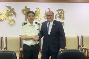 Li Jianwei, director general del Departamento de Cuarentena Animal y Vegetal de China, y el presidente del Senasa, Ricardo Negri