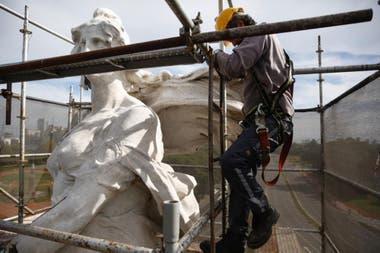 El imponente conjunto escultórico está situado en el cruce de las avenidas Sarmiento y Del Libertador