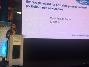 Momi Peralta Ramos recibe el premio en la ceremonia de los Data Journalism Awards