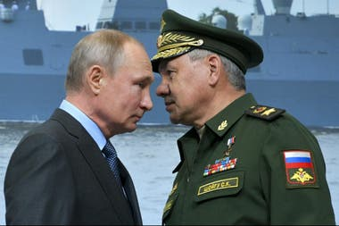 El presidente ruso Vladimir Putin y el ministro de Defensa ruso, Sergei Shoigu; la comunidad europea acusa a rusia por permanentes ciberataques