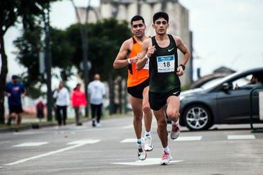 A correr: Lalo Ríos (de naranja, detrás de Eulalio Muñoz) se hizo atleta de largas distancias a los 28 años