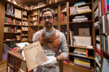 """En enero de 2019, la librería portuguesa Lello puso en exposición una copia de la primera edición de """"El principito"""" firmada por el mismo Antoine de Saint-Exupéry y valuada en unos US$28.000"""