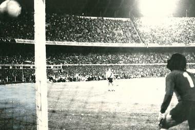 Fillol observa cómo la pelota lanzada por Suñé se cuela en su ángulo izquierdo