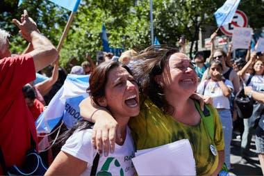 """Tras la decisión final que se tomó en la Casa de las Leyes, los manifestantes demostraron su satisfacción, con banderas, pancartas y cánticos, con el lema """"el agua de Mendoza no se negocia""""."""