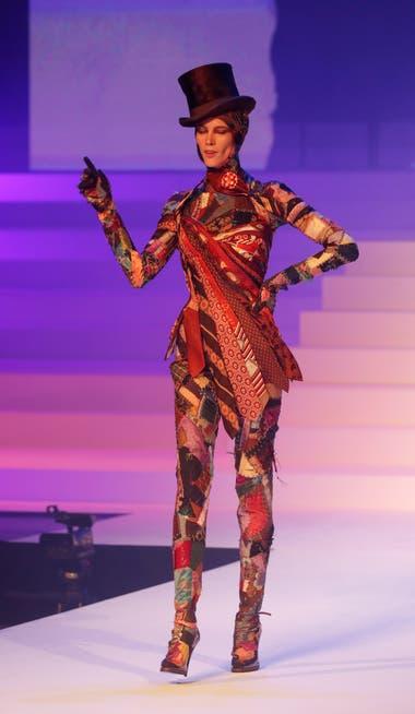 Un traje realizado con corbatas, fiel a la extravagancia Gaultier