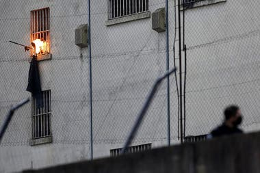 Los reclusos incendian objetos en el interior de la cárcel