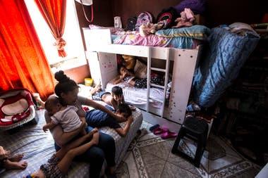 Los inquilinos rentan habitacin en donde viven de cinco o ms personas en pocos metros cuadrados Suelen compartir el bao y la cocina con otras familias