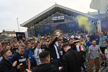 Locura en Leeds: los fanáticos se reunieron a festejar el ascenso pese a las recomendaciones sanitarias