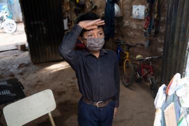 Oscar Rojas, de 11 años, saluda a su maestro