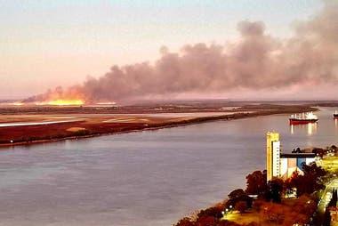Vista de los incendios desde lo alto de un edificio en Rosario