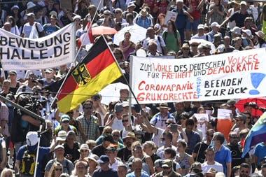 """Una pancarta que dice """"poner fin al pánico del corona"""" y """"Devolver los derechos civiles"""" durante una manifestación de los negadores de covid-19 en Berlín, el 1 de agosto de 2020"""