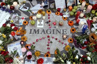Memorabilia en un círculo con la palabra Imagine para honrar al difunto John Lennon en Strawberry Fields de Central Park en Nueva York.