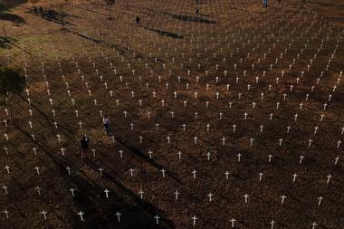Foto tomada el 28 de junio de 2020 de una protesta contra el presidente brasileño Jair Bolsonaro y en honor a las personas fallecidas por Covid-19 en la que se colocaron 1000 cruces frente al Congreso Nacional en Brasilia