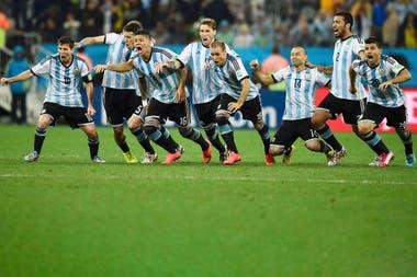 Messi, Zabaleta, Marcos Rojo, Biglia, Mascherano y Sergio Agüero, entre otros compañeros, en el momento más feliz de sus carreras en la selección: festejan el penal decisivo de Maxi Rodríguez a Holanda, que depositó a la Argentina en la final de Brasil 2014