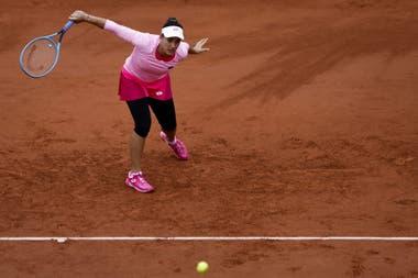 Con mucho más abrigo del habitual, Azarenka volvió a jugar y finalmente pasó la primera rueda en Roland Garros
