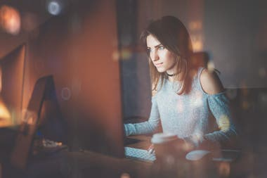 Las largas exposiciones a la luz azul de las pantallas provocan grandes daños en la piel