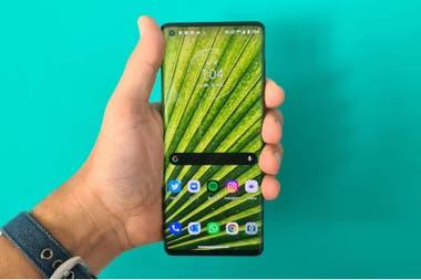 Probamos el Motorola Edge que se vende en la Argentina por 75000 pesos y que tiene una pantalla de 67 pulgadas con efecto cascada triple cmara trasera y un chip con conectividad 5G
