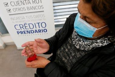 La chilena Lorena Rodríguez, de 47 años tomó la dolorosa decisión de empeñar sus joyas -regalos de décadas anteriores- para tener dinero en efectivo