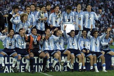 Arca jugó cinco partidos en el Mundial Sub 20 que la Argentina ganó en 2001; en la foto, festeja entre DAlessandro y Romagnoli