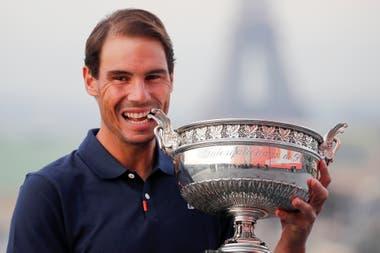 Rafael Nadal y la Copa de los Mosqueteros de Roland Garros, un romance que se inició en 2005 y que sigue con el fuego muy encendido