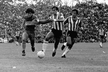 Maradona cumple 60 años: un gol desconocido jugando para Boca y ante Estudiantes en 1981