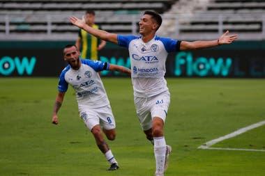 Ezequiel Bellaude festeja su gol, el primero del Tomba en Mar del Plata