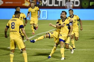 Izquierdoz busca a Cardona; el colombiano envió un centro perfecto para el cabezazo goleador del capitán