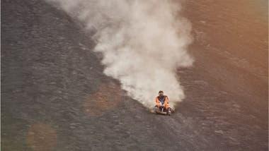 Muchos turistas se deslizan en tablas por las arenosas laderas del volcán Cerro Negro, cercano a León.