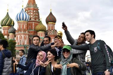 Hinchas de Irán sostienen una copia de la Copa del Mundo frente a la Catedral de San Basilio en la Plaza Roja de Moscú