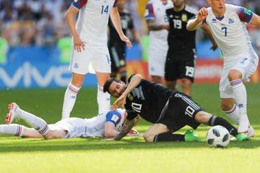 Messi, pelea la pelota rodeado de jugadores de islandia