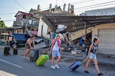 Cientos de turistas fueron evacuados y trasladados a zonas más seguras