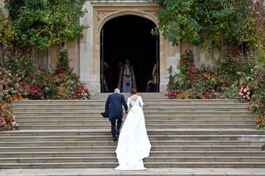 La princesa Eugenia de Gran Bretaña llega acompañada por su padre el Príncipe Andrew, Duque de York, a la Capilla de St George para su boda con Jack Brooksbank en el Castillo de Windsor