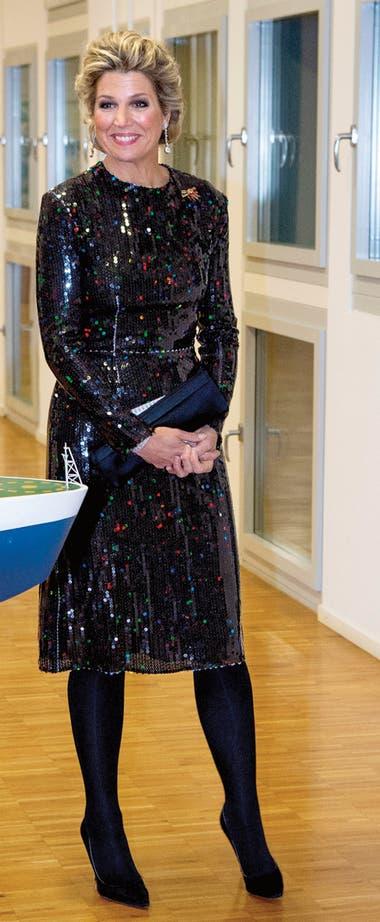Durante la comida con que los agasajaron en el Instituto Alfred Wegener, Máxima impactó con un vestido de lentejuelas con destellos multicolor de Nina Ricci. Lo había estrenado en 2016 y lo repitió en 2017.