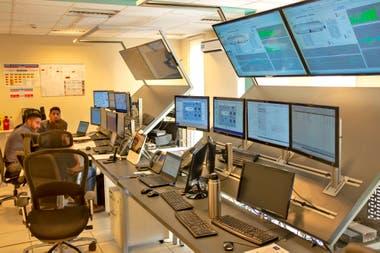 La sala de monitoreo en la gerencia de NOC, en el yacimiento de YPF en Loma de la Lata, Vaca Muerta