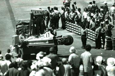 La Ferrari 312 T3 del sudafricano Jody Scheckter perdió una rueda y provocó un espectacular accidente en el que se involucraron cinco autos y demoró más de una hora la reanudación de la carrera