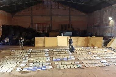 La droga incautada, desplegada en un galpón de la Prefectura