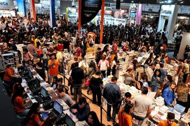 La Feria del Libro, ayer, un verdadero enjambre