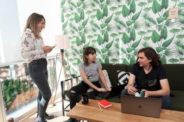 Agencia La Ola piensa estrategias de comunicación para marcas; con algunos clientes tiene grupos de WhatsApp