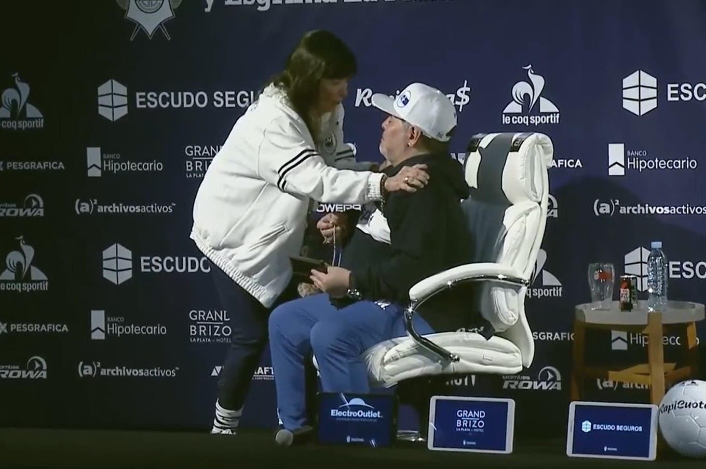 La primera conferencia de Diego Maradona en Gimnasia: el brindis, su emotivo mensaje y el momento con la hermana de Cristina Kirchner