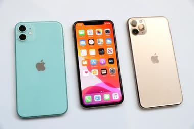 El iPhone 11 a la izquierda y el iPhone 11 Pro a la derecha, dos de los nuevos modelos de teléfonos que presentó Apple