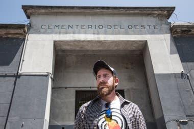 Hernán VIzzari estudia la historia de los cementerios. Se encuentra en la puerta del Cementerio del Oeste, en Chacarita. Él fue destacado por la Legislatura porteña por su labor como investigador