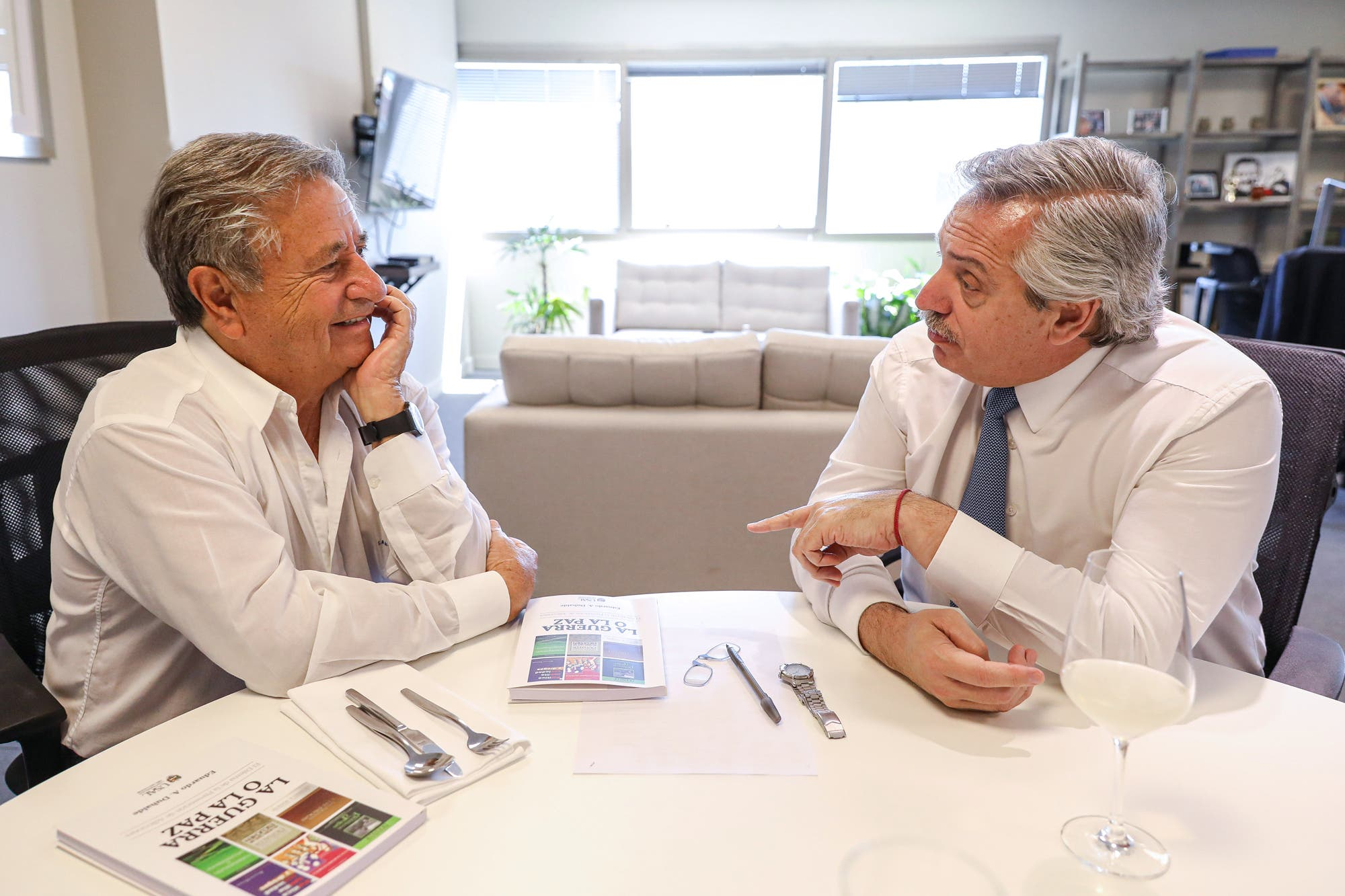 """Alberto Fernández se reunió con Eduardo Duhalde: """"Vamos a levantarnos una vez más"""""""