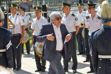 Hugo Moyano llega a la Legislatura de la provincia de Buenos Aires para la asunción de Axel Kicillof