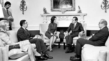 Marina von Neumann Whitman reunida con el expresidente Richard Nixon, Barbara Franklin, Herbert Stein y George Shultz en la Oficina Oval de la Casa Blanca en 1972