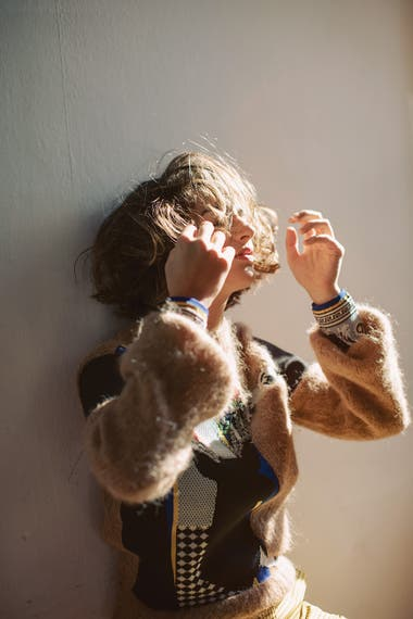 Suéter de cuello redondo con estampas aplicadas y puños estampados, pantalón de tafeta cuadrillé tiro medio (Jazmín Chebar)