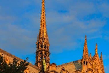 Aún no hay certez de cómo se reconstruirá la agua central de la catedral.