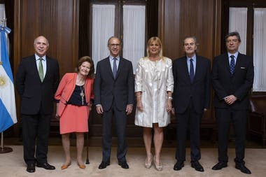 Los miembros de la Corte, que evitaron hasta ahora pronunciarse sobre la polémica por el traslado de los jueces, en una foto tras un encuentro con la ministra de Justicia, Marcela Losardo
