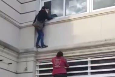 Coronavirus. Insólito: como no podía ver a un pariente aislado, una mujer se trepó por la cornisa del hospital Muñiz
